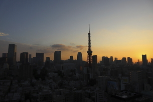 麻布十番から見える東京タワー方面の朝焼けの写真素材 [FYI04672776]
