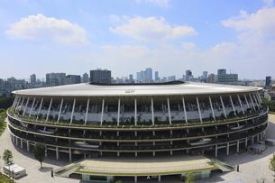 ワイドアングルの国立競技場と向こうにそびえる高層ビル群の写真素材 [FYI04672781]