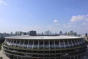 ワイドアングルの国立競技場と向こうにそびえる高層ビル群の写真素材 [FYI04672784]