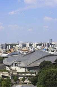 緑の中の東京体育館と向こうにそびえる高層ビル群の写真素材 [FYI04672785]