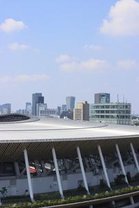 流線形の屋根が美しい国立競技場と向こうにそびえる高層ビル群の写真素材 [FYI04672786]