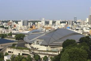 緑の中の東京体育館と向こうにそびえる高層ビル群の写真素材 [FYI04672792]