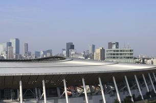 ワイドアングルの国立競技場と向こうにそびえる高層ビル群の写真素材 [FYI04672793]