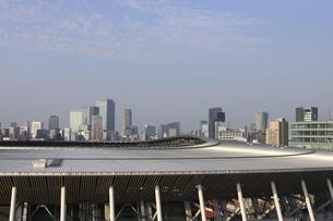 ワイドアングルの国立競技場と向こうにそびえる高層ビル群の写真素材 [FYI04672794]