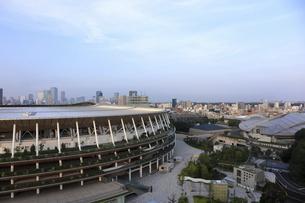 流線形の屋根が美しい国立競技場と東京体育館の写真素材 [FYI04672799]