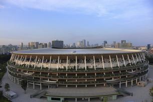 ワイドアングルの国立競技場と向こうにそびえる高層ビル群の写真素材 [FYI04672800]