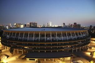 ワイドアングルの国立競技場と向こうにそびえる高層ビル群の写真素材 [FYI04672801]
