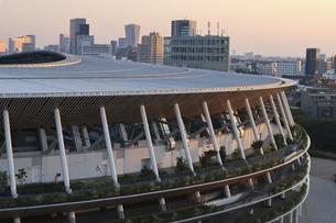 流線形の屋根が美しい国立競技場と向こうにそびえる高層ビル群の写真素材 [FYI04672802]