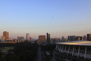 ワイドアングルの国立競技場と向こうにそびえる高層ビル群の写真素材 [FYI04672803]