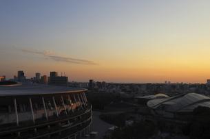 流線形の屋根が美しい国立競技場と東京体育館の写真素材 [FYI04672804]