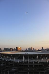 ワイドアングルの国立競技場と上空を飛行する航空機の写真素材 [FYI04672805]