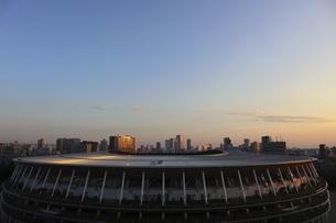 ワイドアングルの国立競技場と向こうにそびえる高層ビル群の写真素材 [FYI04672806]