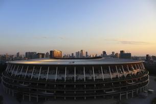 ワイドアングルの国立競技場と向こうにそびえる高層ビル群の写真素材 [FYI04672807]
