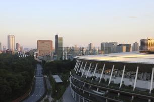 ワイドアングルの国立競技場と向こうにそびえる高層ビル群の写真素材 [FYI04672810]