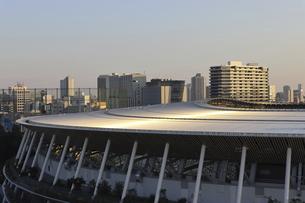 流線形の屋根が美しい国立競技場と向こうにそびえる高層ビル群の写真素材 [FYI04672812]