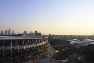 流線形の屋根が美しい国立競技場と東京体育館の写真素材 [FYI04672815]