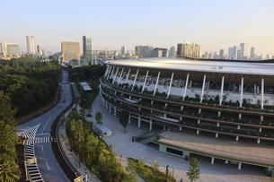 ワイドアングルの国立競技場と向こうにそびえる高層ビル群の写真素材 [FYI04672820]