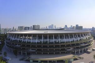 ワイドアングルの国立競技場と向こうにそびえる高層ビル群の写真素材 [FYI04672821]