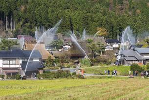 美山かやぶき屋根の集落放水訓練の写真素材 [FYI04673107]