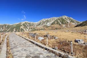 秋の室堂平から立山連峰を望むの写真素材 [FYI04673207]