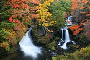 紅葉の竜頭の滝の写真素材 [FYI04673210]