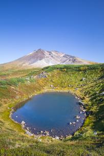 旭岳と擂鉢池の写真素材 [FYI04673247]