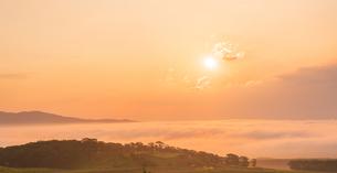 北海道 自然 風景 雲海より昇る朝日の写真素材 [FYI04673288]