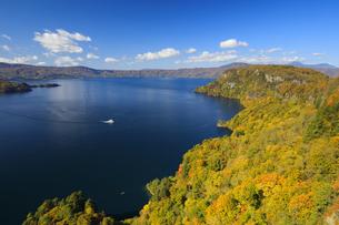 紅葉の十和田湖と観光船の写真素材 [FYI04673520]