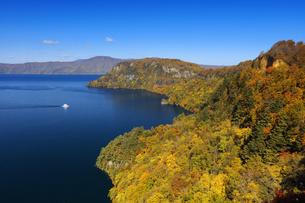 旧瞰湖台より望む秋の十和田湖と観光船の写真素材 [FYI04673521]