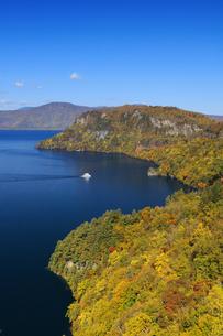 旧瞰湖台より望む秋の十和田湖と観光船の写真素材 [FYI04673523]