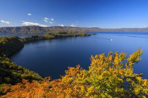 旧瞰湖台より望む秋の十和田湖と観光船の写真素材 [FYI04673524]