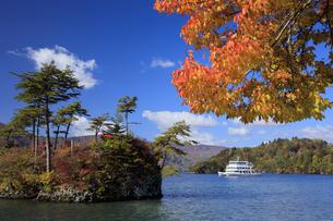 秋の十和田湖と観光船の写真素材 [FYI04673525]