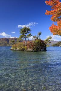 秋の御前ヶ浜より望む恵比寿大黒島の写真素材 [FYI04673527]