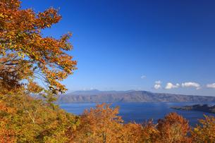 紅葉の十和田湖と八甲田山の写真素材 [FYI04673529]