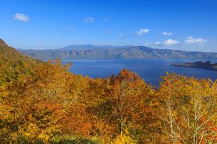 紅葉の十和田湖と八甲田山の写真素材 [FYI04673531]