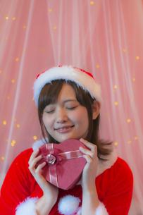 プレゼントを持つサンタ衣装の女性の写真素材 [FYI04673553]