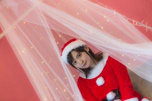 サンタ衣装の女性の写真素材 [FYI04673554]