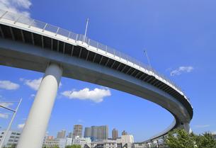 曲線を描いて走る首都高速道路の写真素材 [FYI04673625]