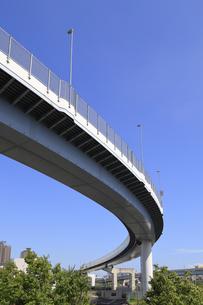 曲線を描いて走る首都高速道路の写真素材 [FYI04673628]