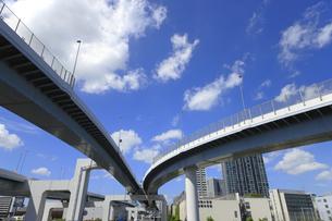 空中を走る首都高速道路の写真素材 [FYI04673630]