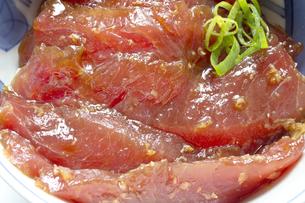 まぐろ漬け丼 漬けマグロ丼 青ネギの写真素材 [FYI04673900]
