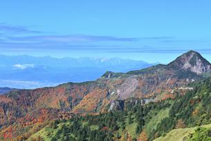 秋の志賀高原 笠ヶ岳と北アルプスの山並みの写真素材 [FYI04674068]
