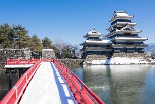 積雪の松本城の写真素材 [FYI04674381]