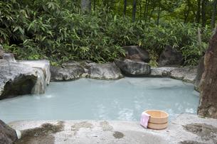 温泉と風呂桶の写真素材 [FYI04674386]