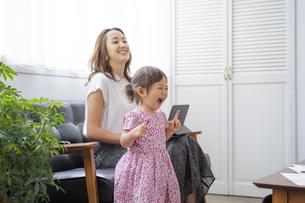 笑顔の女の子と母親の写真素材 [FYI04674417]
