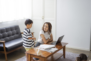 テレワークをする母親と男の子の写真素材 [FYI04674428]