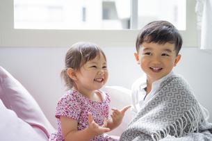 ベッドの上の男の子と女の子の写真素材 [FYI04674432]