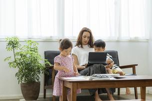 タブレットPCを見る日本人親子の写真素材 [FYI04674445]