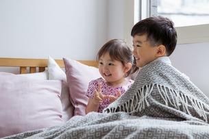 ベッドの上の男の子と女の子の写真素材 [FYI04674453]