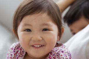 笑顔の日本人女の子の写真素材 [FYI04674457]